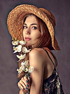 Обои Орхидея Шляпе Лица Красивые Смотрит Девушки