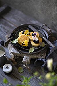 Картинки Блины Ежевика Фиалка трёхцветная Доски Сковороде Продукты питания