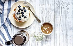 Картинка Блины Черника Кофе Завтрак Вилки Тарелке Доски Сливками Продукты питания