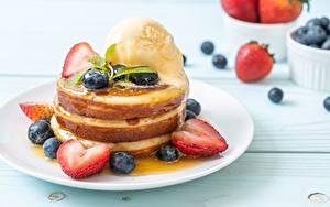 Фото Блины Мороженое Клубника Черника Тарелка Продукты питания
