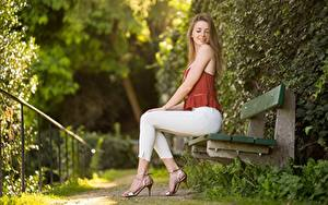 Обои для рабочего стола Парки Размытый фон Скамейка Русых Сидящие Милый Красивые Ног Туфли Поза Сбоку Madlen девушка