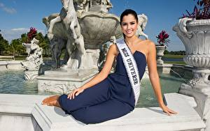 Обои Фотомодель Брюнеток Сидящие Улыбается Руки Paulina Vega, Colombian Знаменитости
