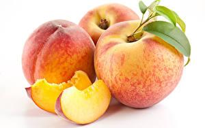 Обои Персики Белом фоне Трое 3 Кусочки Еда