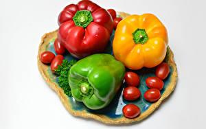 Фотографии Перец Томаты Белом фоне Трое 3 Разноцветные Еда