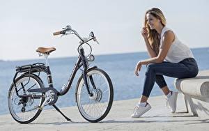 Картинки Велосипеды Сидящие Джинсов Улыбается Peugeot eLC01 девушка