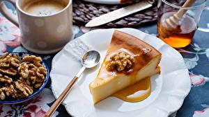 Фото Пирог Кофе Орехи Мед Чизкейк Ложки Тарелка Продукты питания