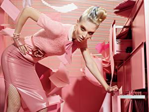 Фотография Розовых Блондинка Позирует Взгляд Рука Гламур молодые женщины