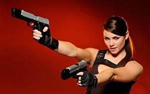 Картинка Пистолетом Косплей Красный фон Взгляд Руки Перчатках Лара Крофт Alison Carroll Девушки