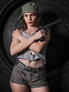 Обои Пистолет Фотомодель Позирует Шорты Ремень Майка Бейсболка Руки Взгляд Klaudia Latto Девушки Армия