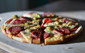 Обои для рабочего стола Пицца Вблизи Колбаса Оливки Боке Нарезка Часть Пища