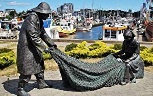 Картинка Польша Пристань Катера Скульптуры Ловля рыбы Памятники Kolobrzeg город