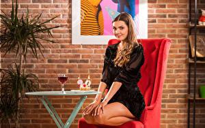Фотографии Polina Kadynskaya, Georgia Торты Кресло Сидит Платья Улыбается Бокал Взгляд