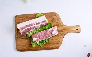Картинки Свинина Сером фоне Разделочной доске Кусок Салом Продукты питания