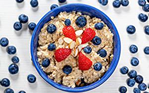 Фотография Каша Черника Клубника Орехи Овсяная Тарелка Миска Завтрак Продукты питания