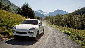 Фото Porsche Дороги CUV Спереди Белый Едущий Cayenne Diesel, US-spec, 2012 авто