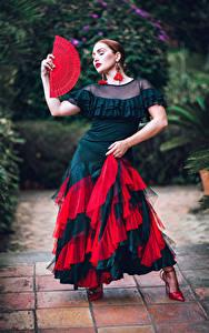 Обои для рабочего стола Позирует Платья Веер Танцы молодая женщина