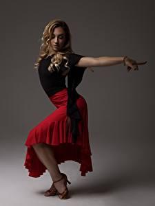 Фотографии Позирует Юбка Ног Блондинок Танцуют Девушки