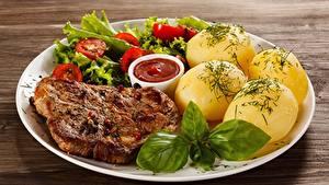 Обои для рабочего стола Картошка Томаты Укроп Свинина Тарелка Жареные Кетчуп Еда