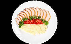 Картинка Картофель Овощи Ветчина Помидоры На черном фоне Тарелке Еда