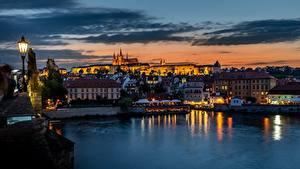 Фото Прага Чехия Речка Дома Рассветы и закаты Вечер Уличные фонари Vltava Города