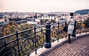 Обои Прага Речка Чехия Здания Ограда Девушки