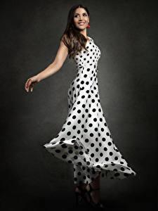 Фотографии Платье Руки Улыбка Priscila молодые женщины