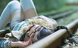 Картинки Железные дороги Очки Брюнетка Рельсах молодая женщина