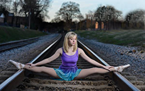 Картинка Железные дороги Шпагат Балете Ноги Блондинка Рельсах молодые женщины