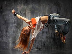 Фотографии Рыжая Танцует Джинсы Радостная Руки девушка