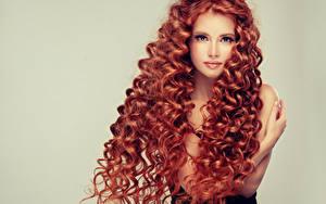 Обои Рыжая Волосы Смотрит Цветной фон Красивые Девушки