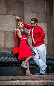 Картинки Ретро Мужчина Сумка Вдвоем Блондинка Очков Галстук Позирует молодые женщины