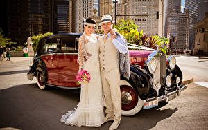 Картинка Винтаж Мужчины Свадьба Объятие Жених Невеста Улыбка Шляпа 2 Девушки