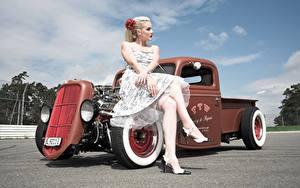 Картинки Ретро Блондинка Сидящие Платья Рука Ноги Туфлях hot rod девушка Автомобили