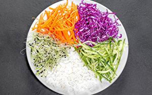 Обои Рис Овощи Морковка Капуста Огурцы Сером фоне Тарелке Нарезка