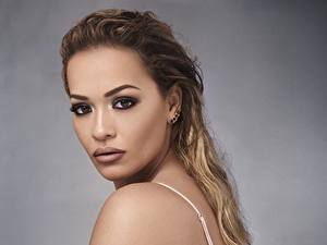 Картинка Смотрит Макияж Rita Ora Знаменитости Девушки
