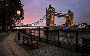 Картинка Речка Мосты Вечер Лондон Скамейка Ночные Уличные фонари