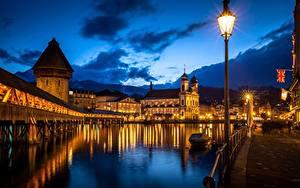 Фото Речка Мост Здания Церковь Швейцария Ночные Уличные фонари Башни Lucerne, Kapellbrücke, Wasserturm, Reuss River город
