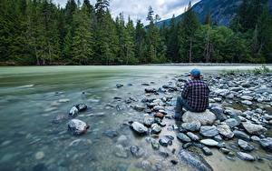 Картинка Реки Камень Леса Мужчины Сидит Природа