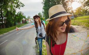 Картинка Дороги 2 Путешественник Шатенки Шляпы Очков Туризм девушка