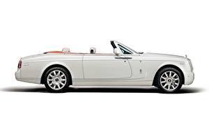 Картинки Rolls-Royce Белая Белый фон Сбоку Кабриолет Роскошная Phantom Drophead, Coupe Maharaja, 2014 Автомобили