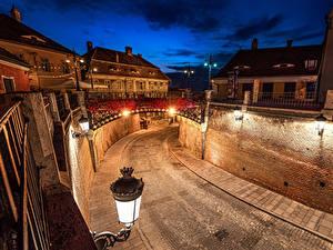 Обои Румыния Здания Мост Дороги Ночь Уличные фонари Стене Sibiu Города