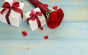 Обои для рабочего стола Роза Букет Подарок Доски Шаблон поздравительной открытки Бантики цветок