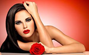Картинка Розы Шатенка Лицо Красные губы Руки Макияж Девушки