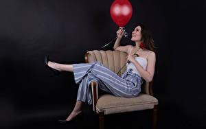 Фото Роза Кресло Поза Брюки Майке Воздушный шарик Улыбка Catherine Breton молодые женщины