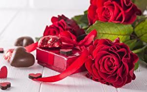 Картинки Розы Шоколад Красные Серце Подарок Цветы