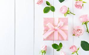 Фотография Роза Бутон Коробка Подарок Бантики Розовые Доски