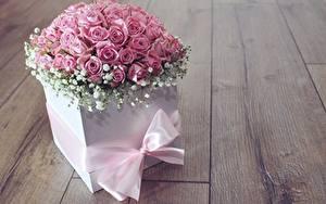 Картинка Розы Розовый Коробки Бантики Доски Цветы