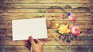Обои для рабочего стола Розы Лист бумаги Руки Серце Доски Шаблон поздравительной открытки Цветы
