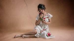 Фотография Розы Сидя Платье Стена Ног молодые женщины