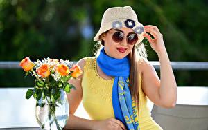 Обои Роза Сидит Платья Шляпы Очки Шарф Ваза Yasmin молодые женщины Цветы